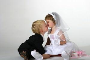 Zwei Kinder als Brautpaar