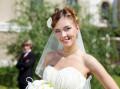 Braut im Kleid mit Braut- Strauß und Schleier