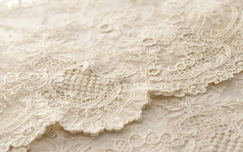 Weiße Tischdecke mit Muster