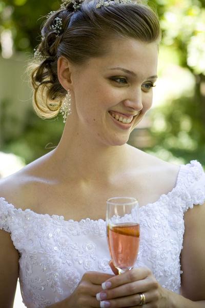 Braut mit Getränk